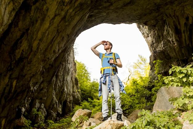 Młody człowiek piesze wycieczki