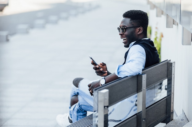 Młody człowiek pije kawę przed pójściem na uniwersytet. szczere emocje.