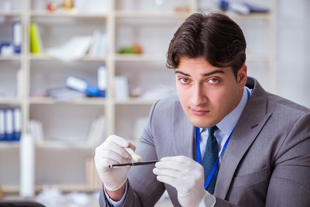 Młody człowiek podczas dochodzenia w sprawie przestępstwa w biurze
