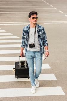 Młody człowiek podróżuje po świecie