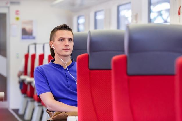 Młody człowiek podróżuje pociągiem