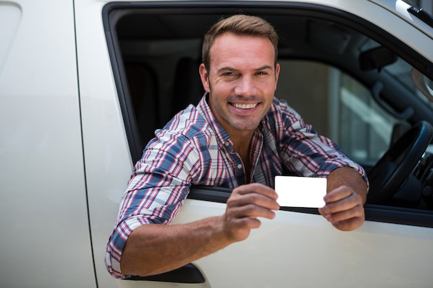 Młody człowiek pokazuje jego prawo jazdy