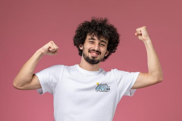 Młody człowiek pozuje z energiczną postawą