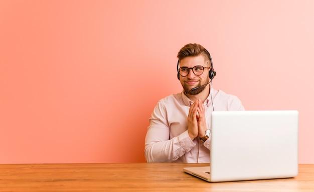 Młody człowiek pracujący w call center tworząc plan, tworząc pomysł.