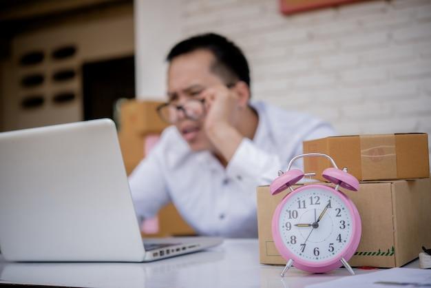 Młody człowiek pracuje marketing online z laptopem i pudełkowatym poczta