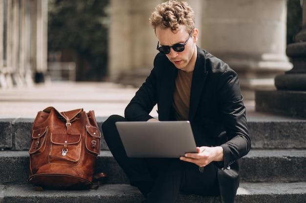 Młody człowiek pracuje na komputerze przez uniwersytet