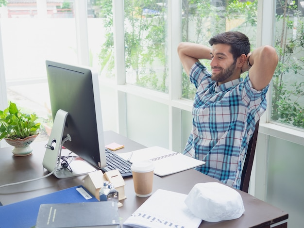 Młody człowiek pracuje w domu i relaksuje