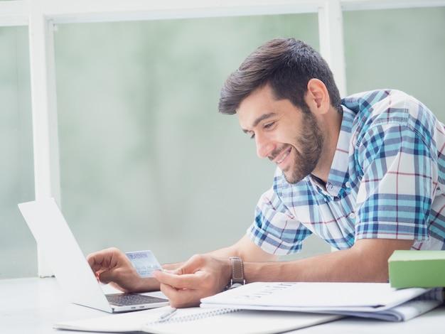 Młody człowiek pracuje w domu
