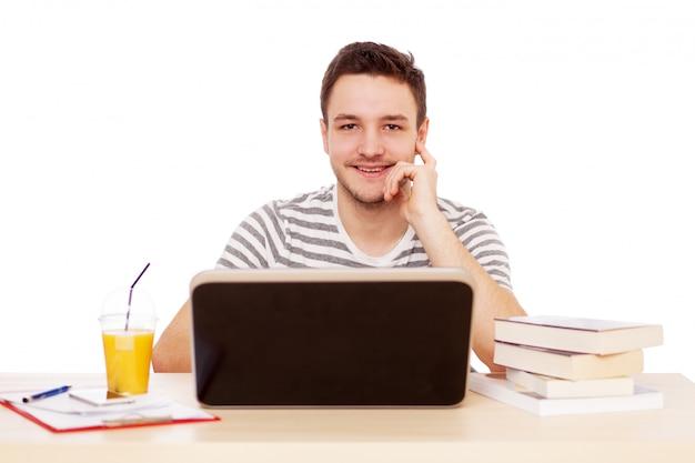 Młody człowiek pracuje z laptopem