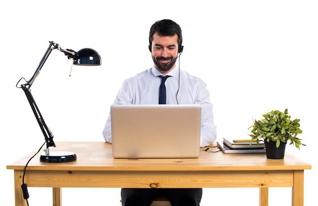 Młody człowiek pracy z zestawu słuchawkowego