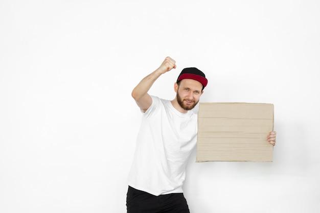 Młody człowiek protestuje z pustą deską