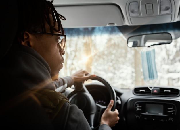 Młody człowiek prowadzący samochód