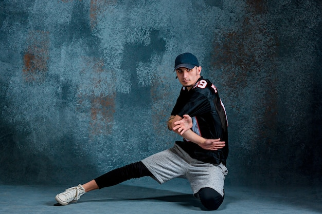 Młody człowiek przerwa taniec na ścianie