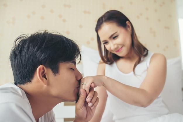 Młody człowiek, przynosząc pudełko na pierścionek dla swojej dziewczyny w swoim domu