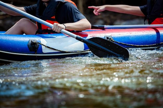 Młody człowiek rafting w rzece.