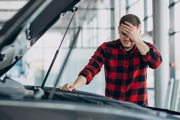 Młody człowiek robi diagnostyce pojazdu