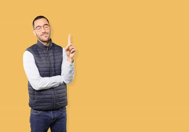 Młody człowiek robi gestowi numer jeden