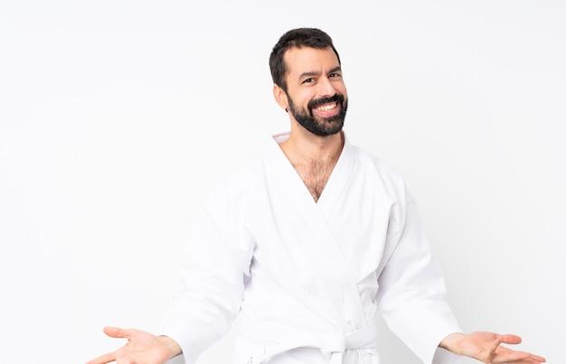 Młody człowiek robi karate ono uśmiecha się