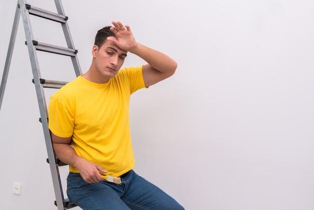 Młody człowiek robi remont domu