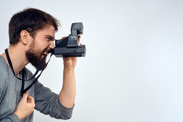 Młody człowiek robienie zdjęć aparatem