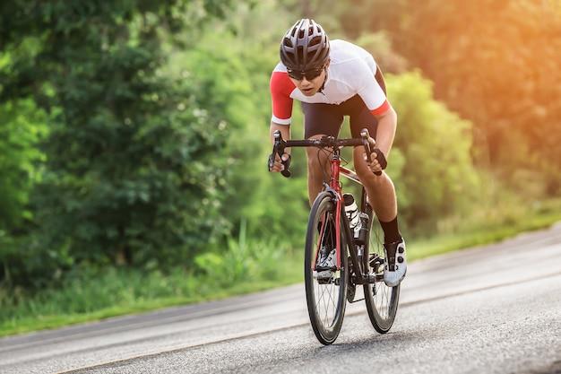 Młody człowiek rowerzysta