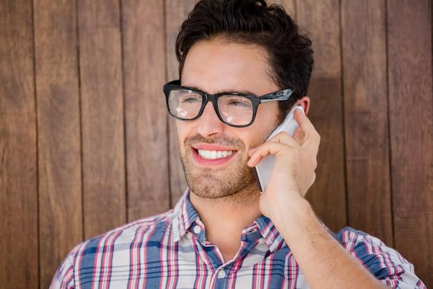 Młody człowiek rozmawia przez telefon komórkowy