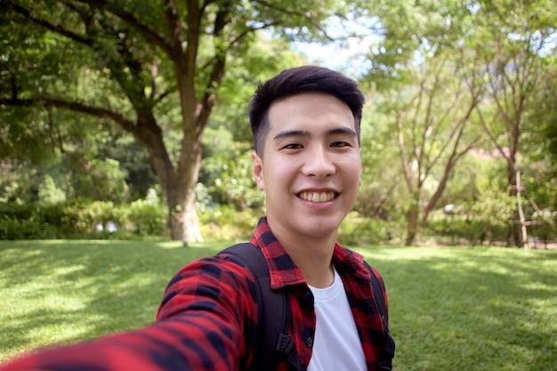 Młody człowiek selfie podczas spaceru w przyrodzie