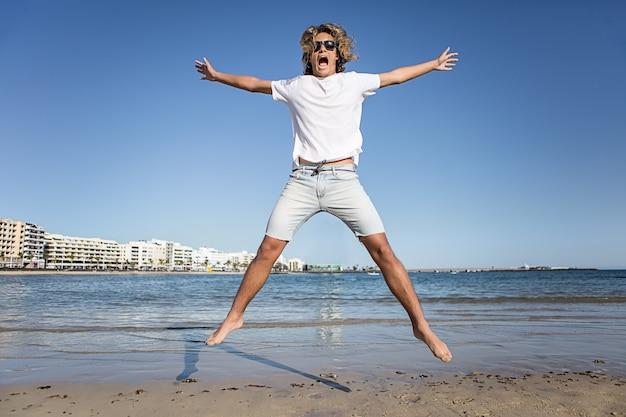 Młody człowiek skacze blisko wody