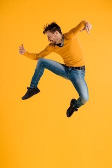Młody człowiek skacze