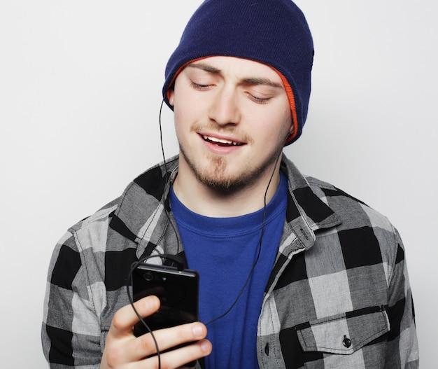 Młody człowiek słucha muzyki