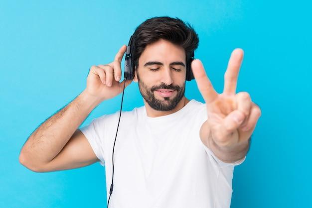 Młody człowiek słuchania muzyki