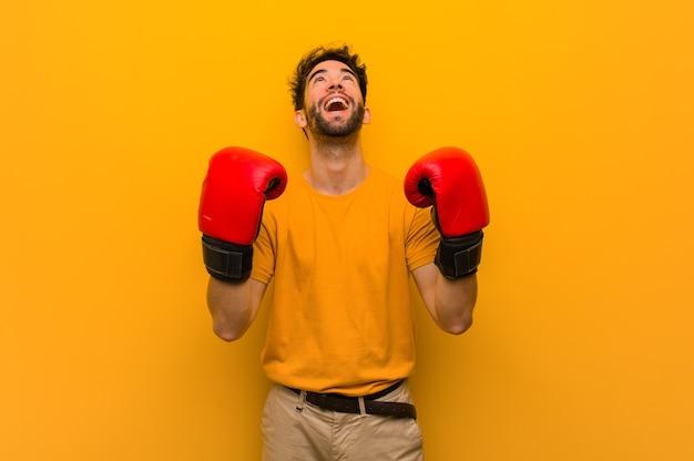 Młody człowiek sobie rękawice bokserskie