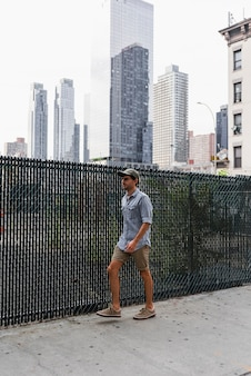 Młody człowiek spaceru na brukowanej ulicy