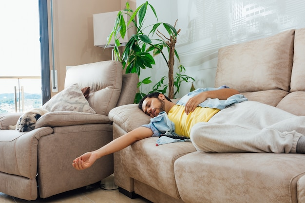 Młody człowiek śpi na kanapie