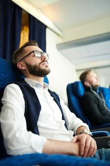 Młody człowiek śpi w samolocie
