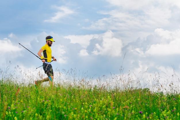 Młody człowiek spływa w zielonej trawie