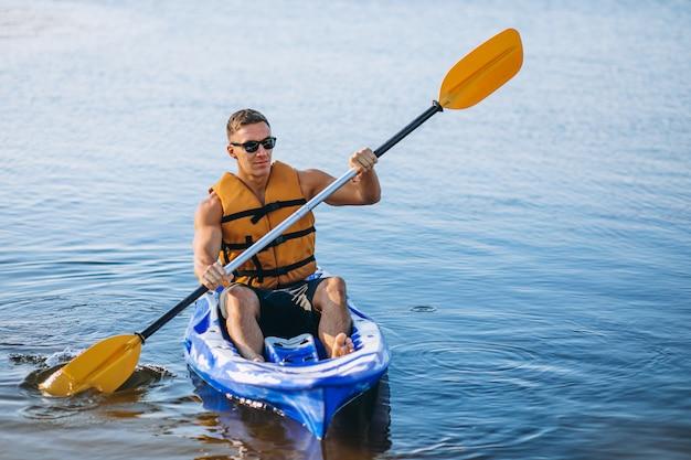 Młody człowiek spływy kajakowe na rzece