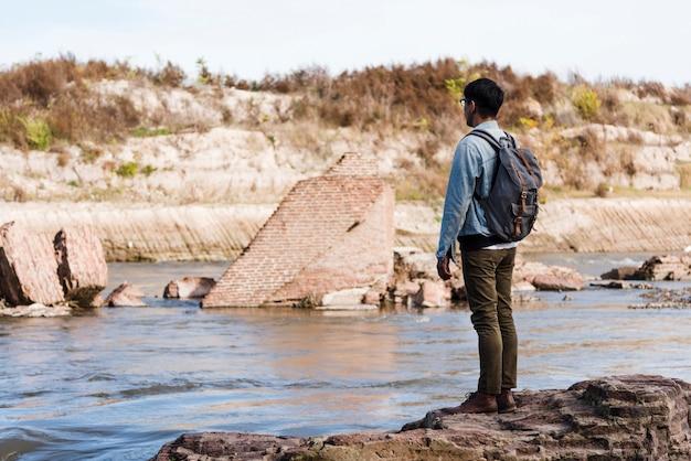 Młody człowiek stoi blisko wody