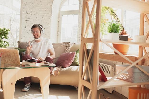 Młody człowiek studiuje w domu podczas kursów online