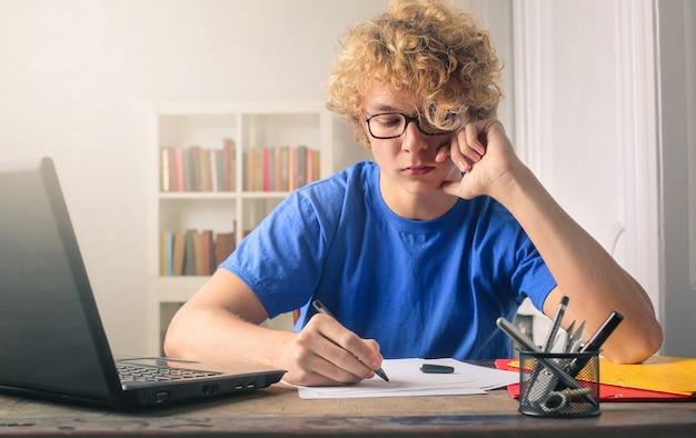 Młody człowiek studiuje