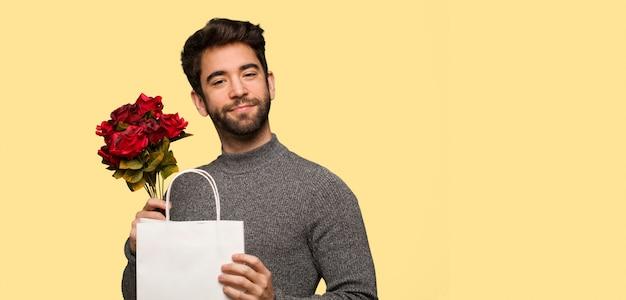 Młody człowiek świętuje valentines dzień