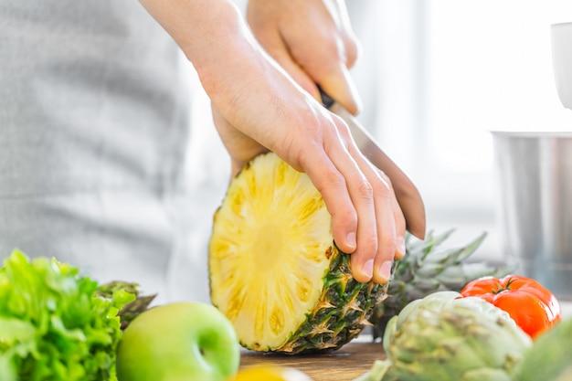 Młody człowiek szef kuchni gotuje zdrowego jedzenie