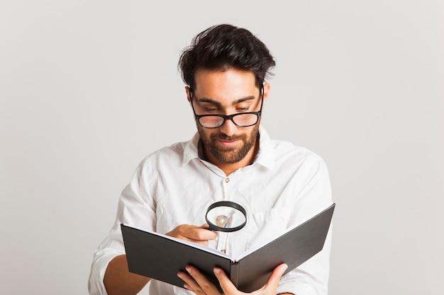 Młody człowiek szuka informacji