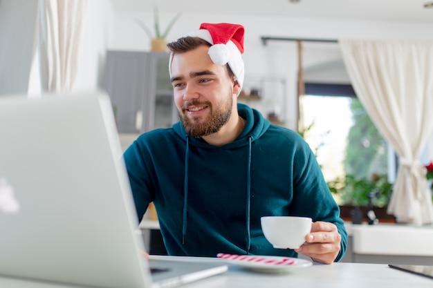 Młody człowiek szuka prezentu świątecznego w internecie