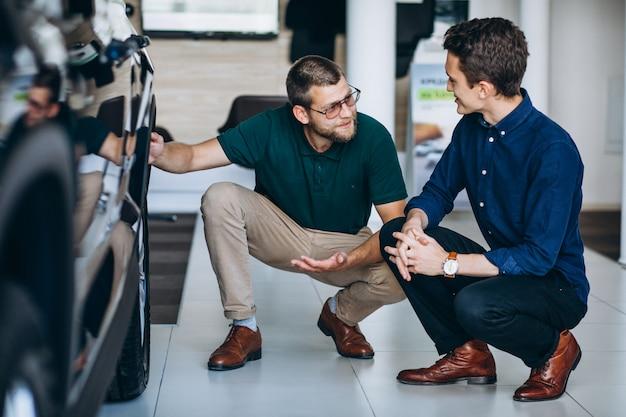 Młody człowiek szuka samochodu do wynajęcia
