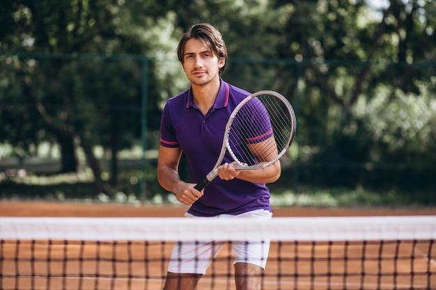 Młody człowiek tenisista na dworze