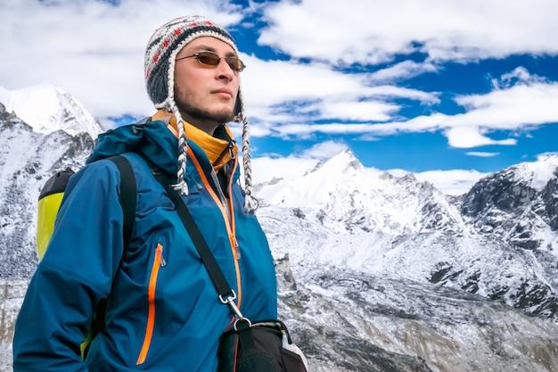Młody człowiek trekking