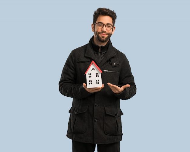 Młody człowiek trzyma domowego modela