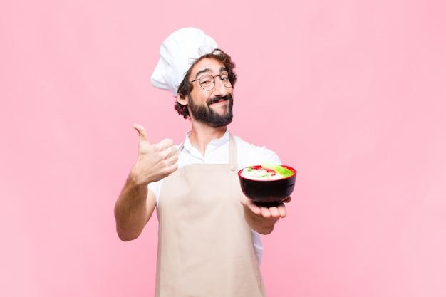 Młody człowiek trzyma miskę z zupą makaronową