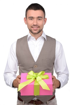 Młody człowiek trzyma pudełko z prezentem.